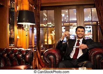 jelentékeny, mosolygós, barna nő, ülés, noha, egy, csésze...