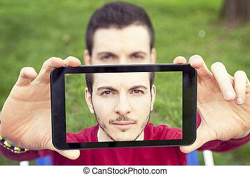 jelentékeny, young felnőtt, fog, egy, selfie, noha, furfangos, telefon