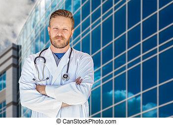 jelentékeny, young felnőtt, hím doktor, noha, szakáll, előtt, kórház, épület