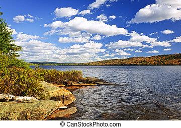 jesień, jeziorowy brzeg