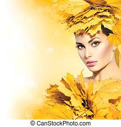 jesień, kobieta, z, żółte listowie, włosiany styl