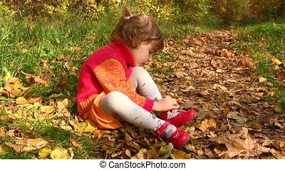jesień, mały, park, obuwie, dziewczyna