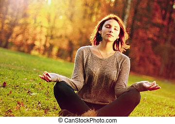 jesień, park, dziewczyna, medytacja, młody