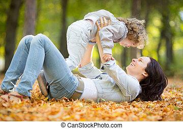 jesień, park, rodzina, szczęśliwy