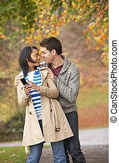 jesień, park, teenage para, romantyk