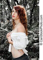 Jess forest 19 - Jessica dans la foret avec un effet noir et...