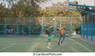 jeter, écoliers, deux, cour de récréation, boule basket-ball, école, panier