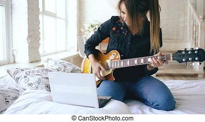 jeu, électrique, asseoir, jeune, lit, guitare, cahier, séduisant, apprentissage, chambre à coucher, maison, girl