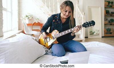 jeu, électrique, asseoir, jeune, lit, guitare, cahier, ...