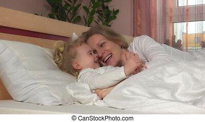 jeu, étreinte, fille, elle, family., mère, lit, enfant, girl, aimer, heureux