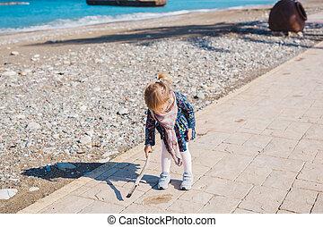 jeu, concept, asphalte, gens, -, plage., carrée, crosse, mer, dorlotez fille, assied, enfant, enfance, route