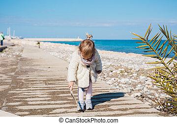 jeu, concept, gens, -, plage., carrée, crosse, mer, dorlotez fille, assied, enfant, enfance, route