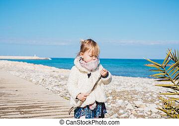jeu, concept, gens, -, plage., crosse, mer, dorlotez fille, assied, enfant, enfance