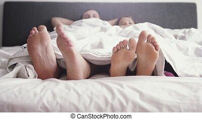 jeu, danse lente, couple, motion., jeune, lit, haut, pieds, leur, quoique, sillage, 3840x2160, sous, heureux, couverture, morning., aimer