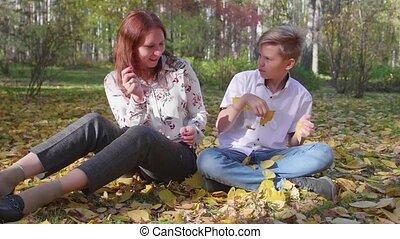 jeu, extérieur, maman, leaves., jaune, fils, automne, park., passe-temps, ils, jeter, heureux