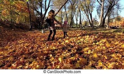 jeu, famille, feuilles, entre, jeune, automne, park., mère, actif, enfants