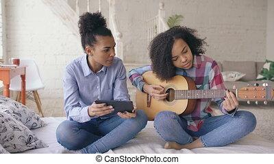 jeu, femme, elle, tablette, séance, adolescent, lit, jeune, guitare, informatique, enseignement, course, acoustique, mélangé, maison, soeur