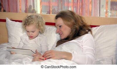 jeu, fille, maman, tablette, lit, quoique, informatique, endormi, joli, automne, girl