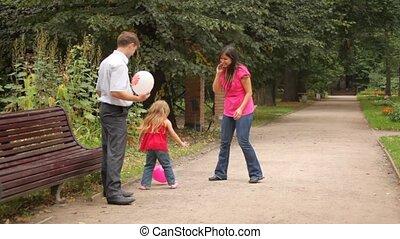 jeu, fille, quelques-uns, jeu, parents, ballons