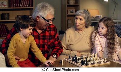 jeu, groupe de quatre personnes, échecs