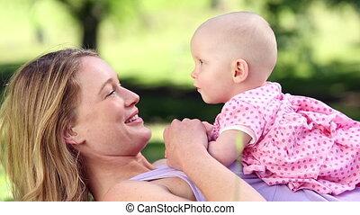 jeu mère, bébé, heureux, elle