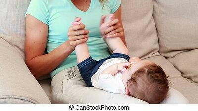 jeu mère, fils bébé, elle