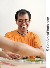 jeu, mahjong, asiatique, homme souriant, heureux