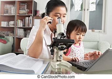 jeu, occupé, fille, elle, essayer, mère