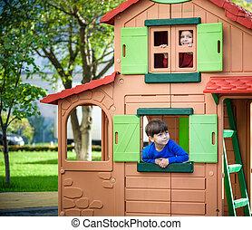 jeu, peu, gosses, style de vie, famille, maison, avoir, amis, deux, arbre, jouer, corde, garçons, moment, ensemble, escalade, playground., frères soeurs, fun., escalier, ou