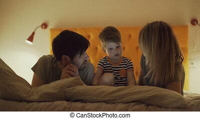 jeu, soir, tablette, famille, peu, lit, fils, informatique, apprentissage, maison, mensonge, heureux