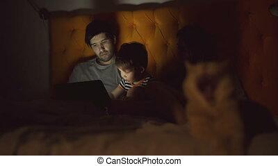 jeu, tablette, famille, peu, lit, fils, informatique, apprentissage, maison, chat, mensonge, heureux