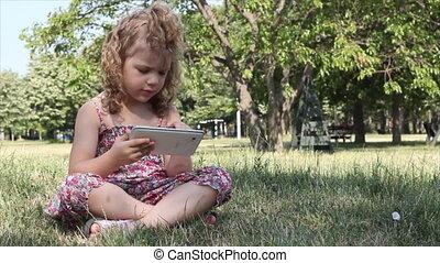jeu, tablette, petite fille