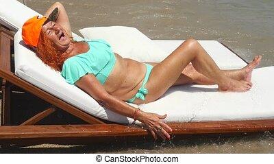 jeugdig, oud, zee, zonnende vrouw, bikini, blauwe