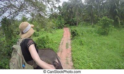 jeune, à califourchon, sri, assied, éléphant, girl, pieds nue, européen, lanka, jungle