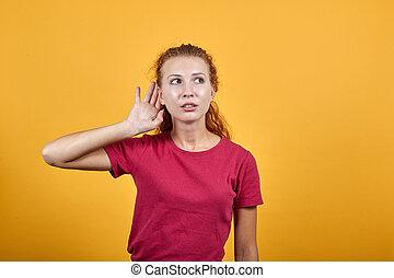 jeune, écoute, main, elle, ear., femme, mettre, européen, quelque chose