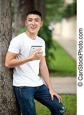 jeune, étudiant, homme, utilisation, tablette