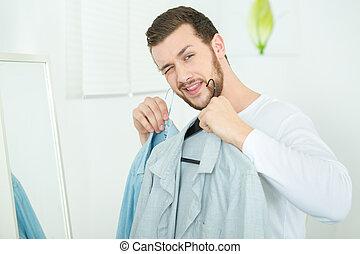 jeune, 2, chemises, tenue, homme souriant, heureux