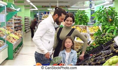 jeune, achat, fille, légumes, mignon, supermarket., famille