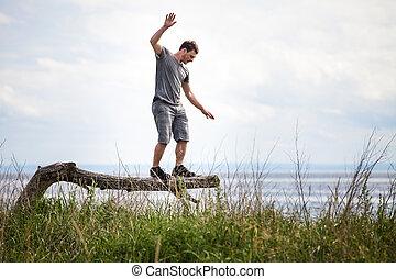 jeune adulte, équilibrage, sur, a, arbre, dans, vacances
