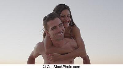 jeune adulte, amusement, couple, bord mer, avoir