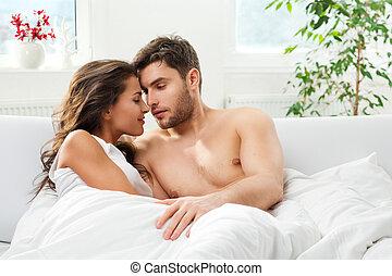 jeune adulte, couple, dans, chambre à coucher