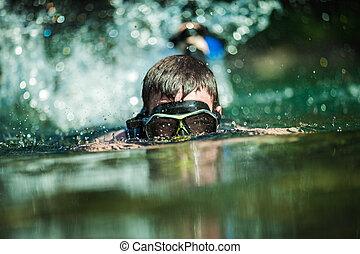 jeune adulte, snorkeling, dans, a, rivière