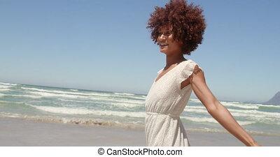 jeune, africaine, avoir, vue, soleil, américain, 4k, femme, amusement, devant, plage