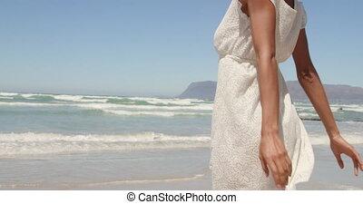 jeune, africaine, avoir, vue, soleil, américain, bas, 4k, femme, amusement, angle, plage