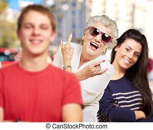 jeune, amis, à, grand-mère, amusant, à, rue