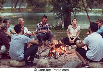 jeune, amis, délassant, autour de, feu camp