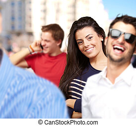 jeune, amis, sourire, et, une, parler portable, contre, a, bâtiment