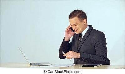 jeune, appel téléphonique, confection, homme affaires, sourire