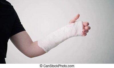 jeune, bandage, blanc, plâtre, spectacles, homme, doigts, fracture, homme, arrière-plan., barely, cassé, flexes, bras, sien, blessure, main