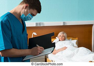 jeune, beau, uniforme, docteur, masque portant, quoique, confection, presse-papiers, patient, malade, rapport, visiter, quelques-uns, notes